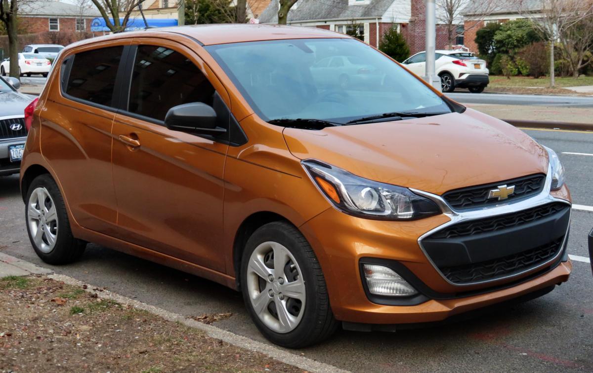 Оранжевый Chevrolet Spark на АКПП для женщин